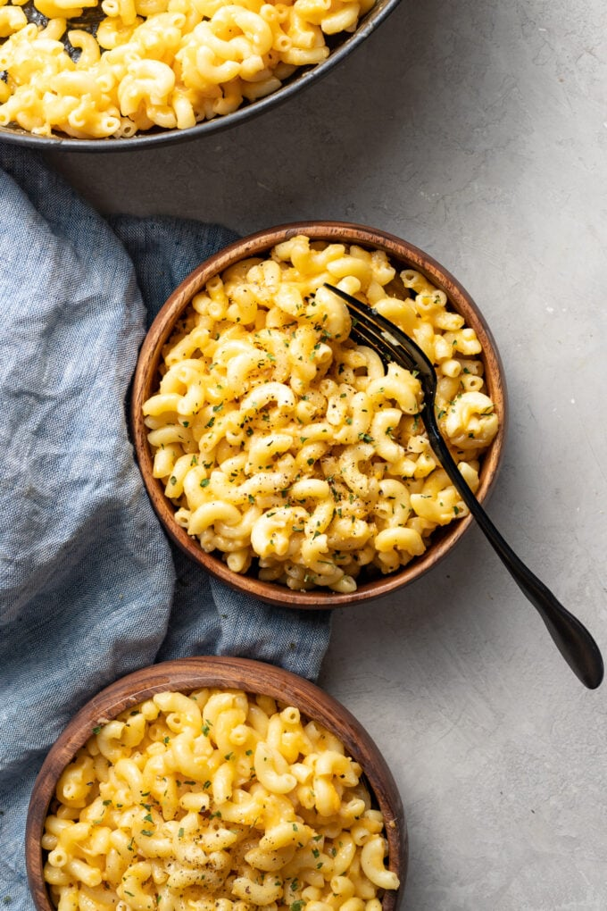 Bowls of one pot mac and cheese, served and ready to dig in.